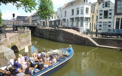 Bootje varen door Schiedam